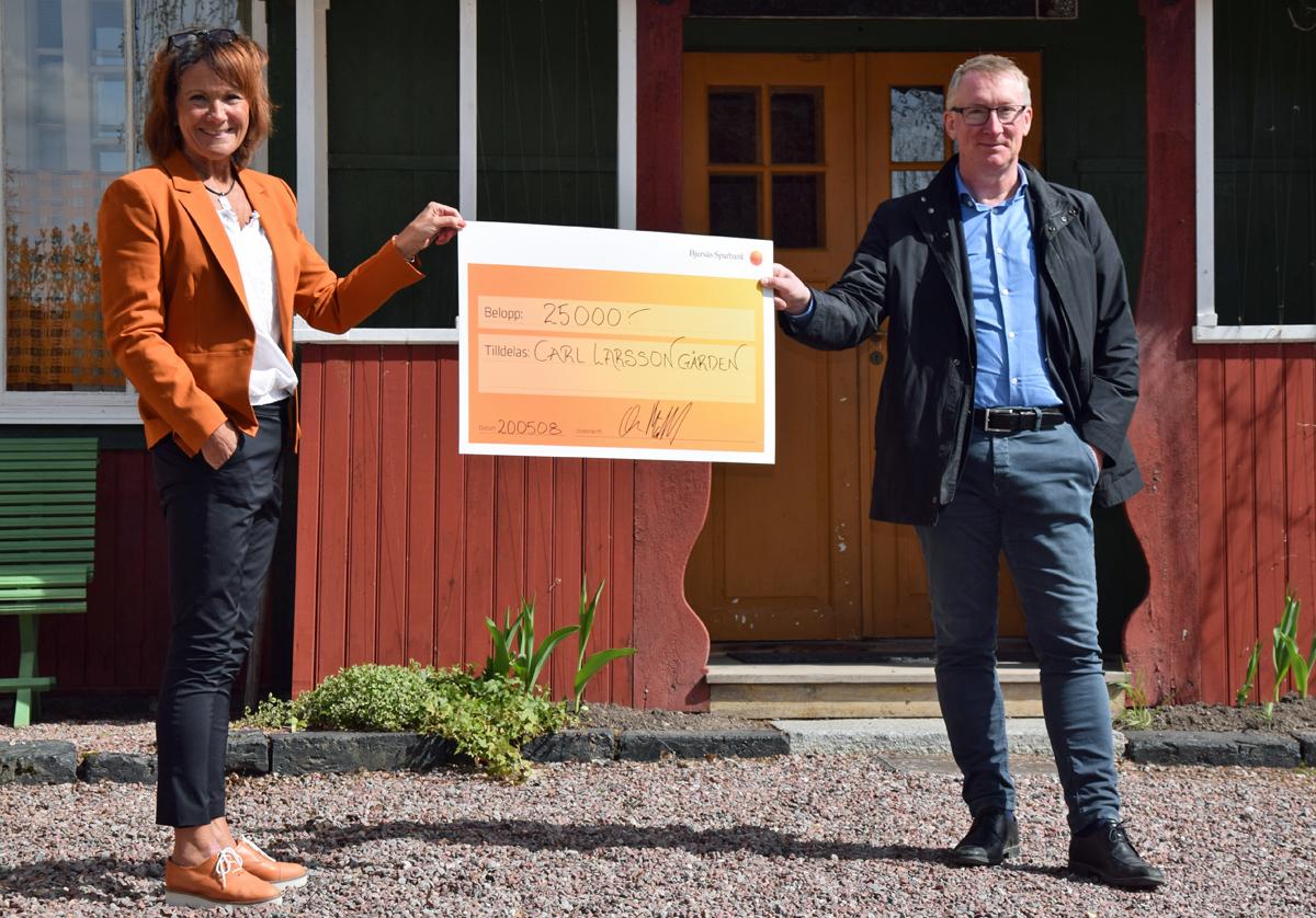 Bjursås Sparbank överlämnar check till Carl Larsson-gården